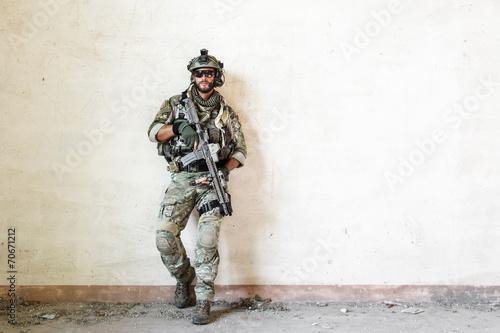 amerykański żołnierz stawia podczas operacji wojskowej