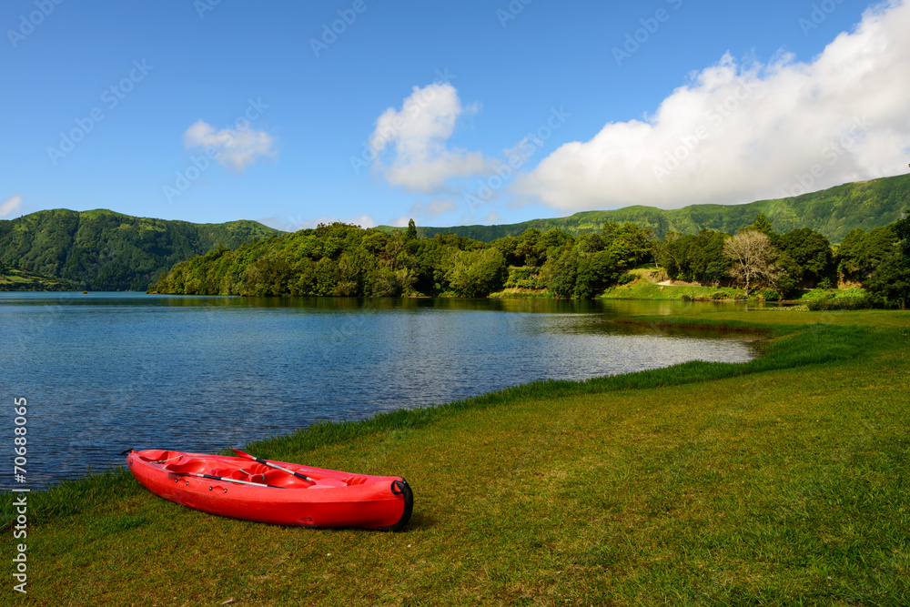 Photo  A lagoa da canoa vermelha