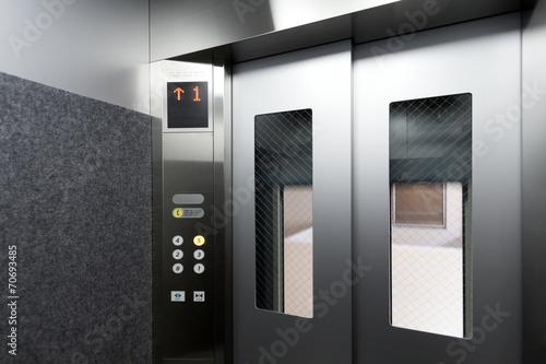 Fototapeta マンション(集合住宅)の窓付き防犯仕様エレベーター 339 obraz