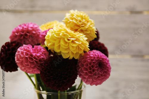 In de dag Dahlia Dahlia flowers in vase on wooden table