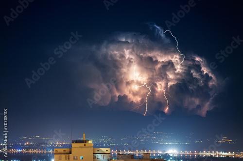 Plakat Burza elektryczna nad miastem nocą