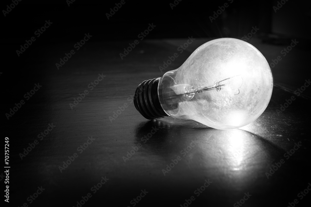 Lampadina illuminata in bianco e nero