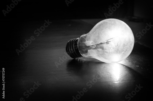 Fototapety, obrazy: Lampadina illuminata in bianco e nero