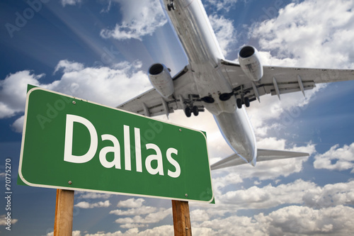 Foto op Canvas Texas Dallas Green Road Sign and Airplane Above