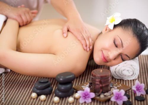 Fotografía  Beautiful woman having a wellness back massage at spa salon