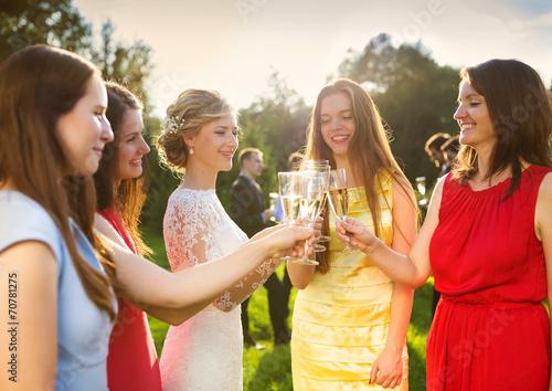 Bride with bridesmaids toasting Fototapet