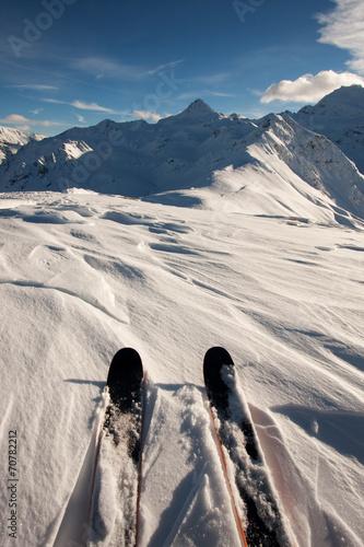 narty-w-sniegu-w-gorach