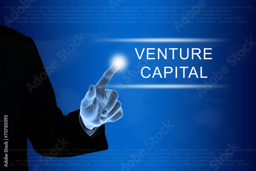 Foto  business hand clicking venture capital button on touch screen