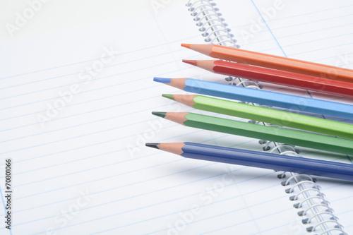 Fotografie, Obraz  Lapices de colores y cuaderno abierto