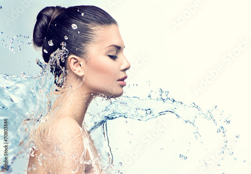 Obraz Beautiful model woman with splashes of water in her hands - fototapety do salonu