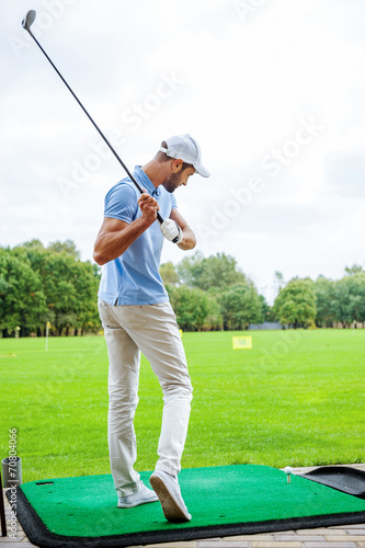 Teeing off. - 70804066