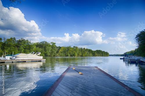 Carta da parati boats at dock on a lake with blue sky