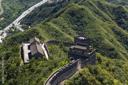 In de dag China China, Juyongguan. Top view of a section of the Great Wall