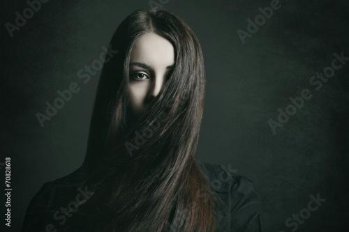 Foto  Dunkles Porträt einer jungen Frau
