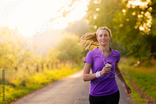 Foto op Aluminium Jogging Sportliche Frau hört Musik beim Jogging
