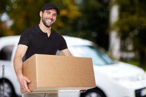 Fotografía  Smiling delivery man