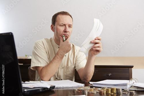 Mann bei der Buchführung, am grübeln Tapéta, Fotótapéta