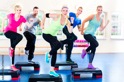 Fotografie, Obraz  Gruppe bei step training in Fitnessstudio