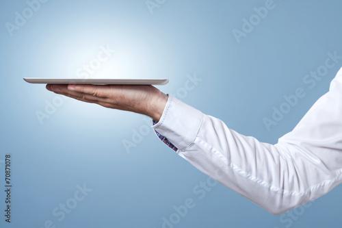 Foto Arm und Hand halten Tablet als Tablett zum servieren