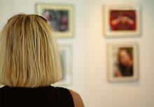 Blonde Frau Betrachtet Bilder Einer Ausstellung