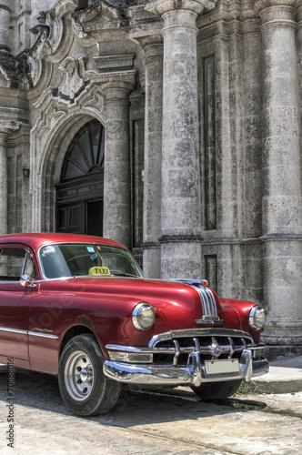 klasyczny-amerykanski-czerwony-samochod-w-starym-hawanskim-kuba