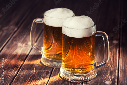 Tela  mug of beer on wooden background