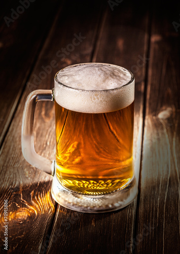Foto  mug of beer on wooden background