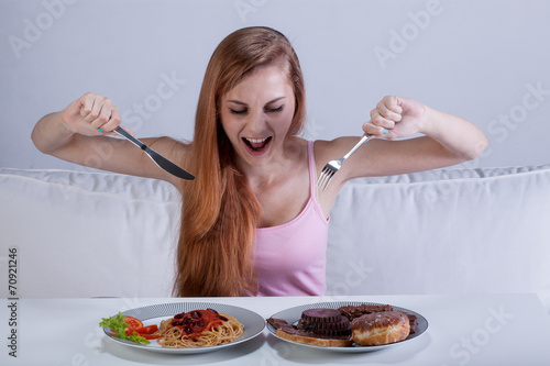 Fotomural Girl eating a lot of food at once