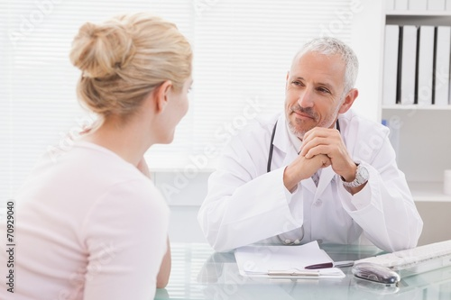 Fotografia  Patient consulting a happy doctor
