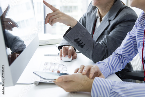 Canvas Print Woman pointing a finger on the screen of the personal computer