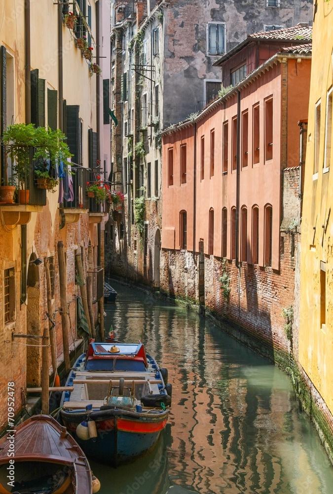 Wąski pas wody w Wenecji / Włochy <span>plik: #70952478 | autor: stockpics</span>