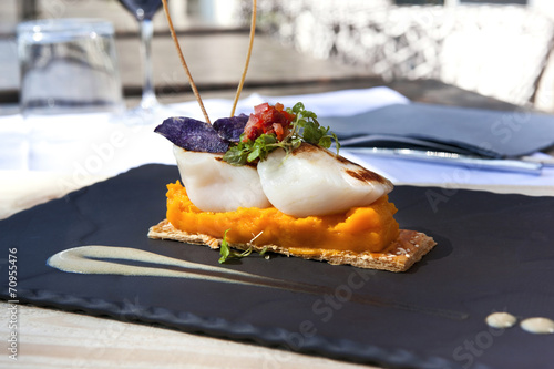 Canvas Print Saint-Jacques scallops, carrots puree and biscuit on a slate