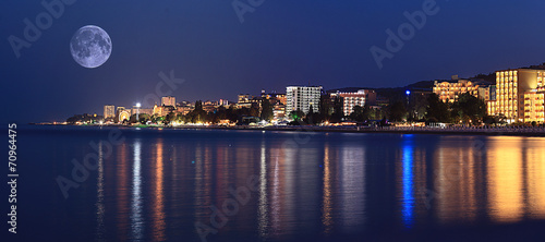 Tuinposter Stad aan het water night landscape panorama sea hotels lights
