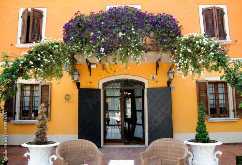 Terrazza fiorita in villa antica – kaufen Sie dieses Foto und finden ...