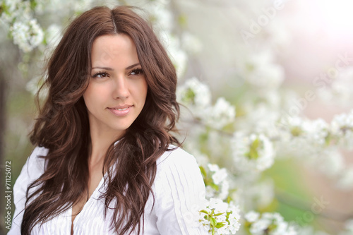 Fototapeta Spring beauty girl. Beautiful young woman in a summer park outdo obraz na płótnie