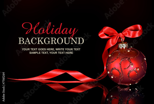 Fotografía  Christmas background with a red ornament and ribbon