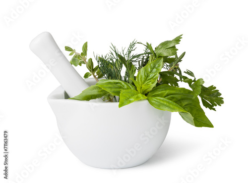 Fotografia mortar with herbs isolated