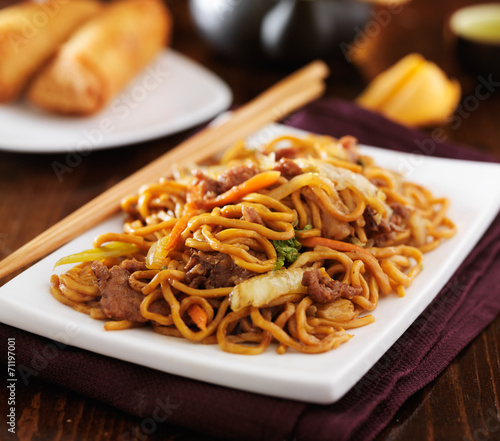 Photo  stirfried chinese beef lo mein with chopsticks