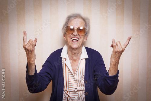 Carta da parati  cool elder lady making rock on sign