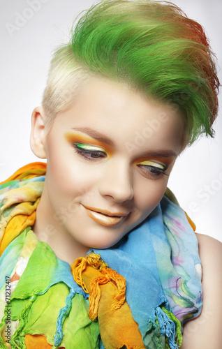 mloda-kobieta-z-kolorowy-makijaz-i-krotkie-malowane-fryzury