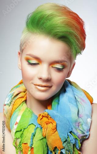 kobieta-z-zywy-wielokolorowy-fryzura-boba-i-jasny-makijaz