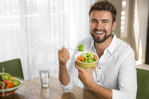 Photo  Man with perfect skin eating a healthy meal