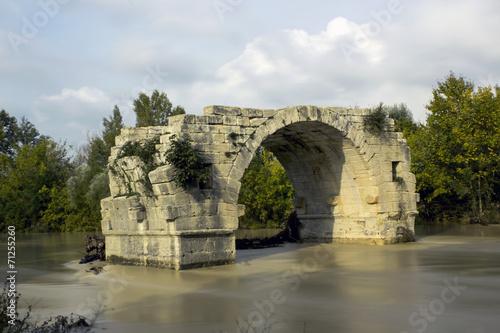 Pont romain et rivière en crue Canvas Print