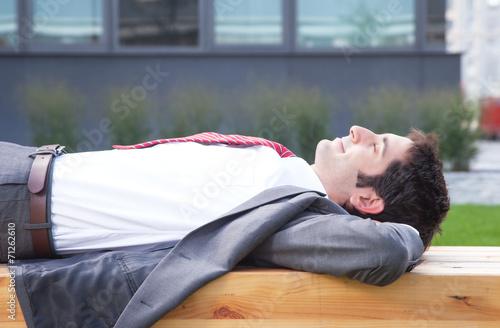 Geschäftsmann mit schwarzen Haaren macht eine Pause