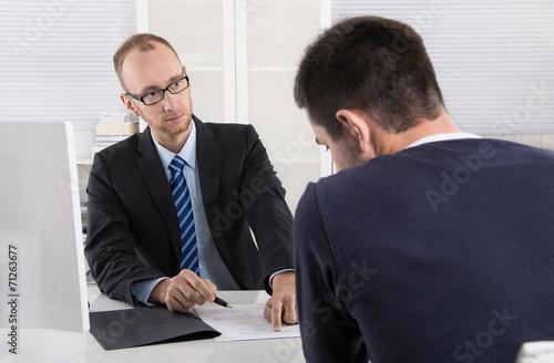 Fotografía  Gespräch: Chef und Arbeitnehmer über Kündigung Arbeitsvertrag