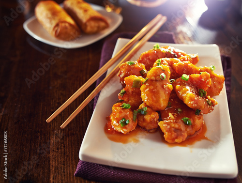 Photo  chinese orange chicken with copy space