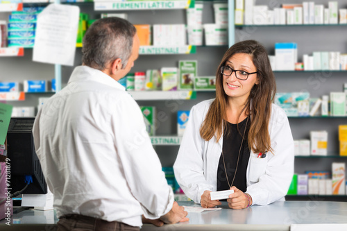 Papiers peints Pharmacie Pharmacist and Client in a Drugstore