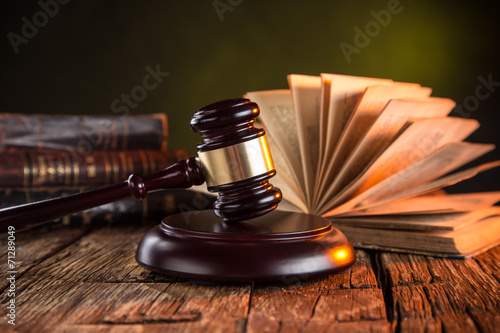 Obraz na plátne Wooden gavel and books on wooden table, law concept