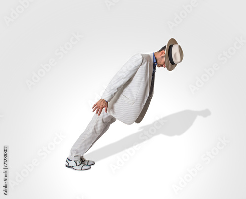 Fotomural dancer performing lean move