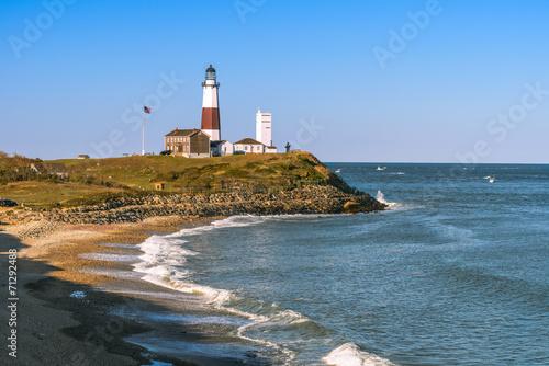 Fotografie, Obraz  Lighthouse Montauk Point a pláž od útesů Camp Hero.